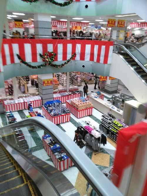 イトーヨーカドー東習志野店 店内の様子1、紅白のたれ幕が飾ってあります。平日昼間なので、お客さんはまばらです